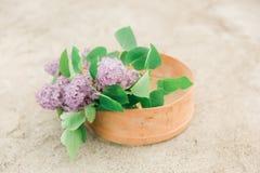 Λουλούδια Lillac στον παλαιό διαχωριστή Στοκ φωτογραφίες με δικαίωμα ελεύθερης χρήσης
