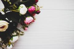 Λουλούδια Rununculus σε ένα ξύλινο άσπρο υπόβαθρο Στοκ Εικόνα