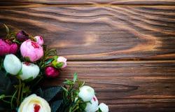 Λουλούδια Rununculus σε ένα ξύλινο καφετί υπόβαθρο Στοκ φωτογραφίες με δικαίωμα ελεύθερης χρήσης