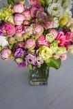 Λουλούδι ανθοδεσμών στο βάζο στον πίνακα στοκ εικόνες με δικαίωμα ελεύθερης χρήσης