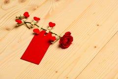 Λουλούδι με την κενή ετικέττα ή κάρτα στο ελαφρύ ξύλινο υπόβαθρο Συγχαρητήρια και έννοια επιθυμιών Ετικέττα για τα συγχαρητήρια στοκ φωτογραφίες με δικαίωμα ελεύθερης χρήσης