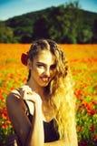 λουλούδι πεδίων Πορτρέτο μόδας ενός αισθησιακού προκλητικού κοριτσιού σπόρος και κορίτσι παπαρουνών με τη μακριά σγουρή τρίχα Στοκ εικόνα με δικαίωμα ελεύθερης χρήσης