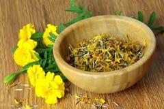 Λουλούδι Tagetes και ξηροί σπόροι σε ένα ξύλινο κύπελλο Στοκ εικόνα με δικαίωμα ελεύθερης χρήσης
