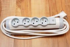 Λουρίδα ηλεκτρικής δύναμης με το διακόπτη on-off στο ξύλινο πάτωμα Στοκ Εικόνες