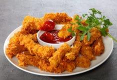 Λουρίδες στηθών κοτόπουλου στο συγκεκριμένο πίνακα στοκ εικόνα με δικαίωμα ελεύθερης χρήσης