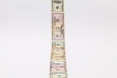 Λουρίδα των διαφορετικών τραπεζογραμματίων αμερικανικών δολαρίων στο άσπρο γραφείο Στοκ φωτογραφίες με δικαίωμα ελεύθερης χρήσης