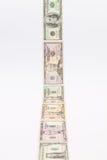 Λουρίδα των διαφορετικών τραπεζογραμματίων αμερικανικών δολαρίων στο άσπρο γραφείο Στοκ Φωτογραφίες