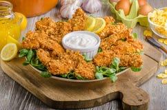 Λουρίδες κοτόπουλου με την εμβύθιση σκόρδου delish στοκ εικόνες
