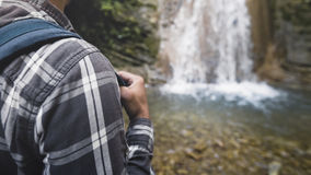 Λουρί σακιδίων πλάτης για το ταξίδι στον ώμο της έννοιας οδοιπορικού ταξιδιού ταξιδιών πεζοπορίας κινηματογραφήσεων σε πρώτο πλάν Στοκ εικόνα με δικαίωμα ελεύθερης χρήσης