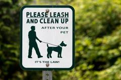 Λουρί σκυλιών και σημάδι σεσουλών με το πράσινο δέντρο ελεύθερη απεικόνιση δικαιώματος