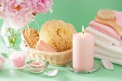 Λουτρό και SPA με τις peony πετσέτες σφουγγαριών βουρτσών λουλουδιών στοκ φωτογραφία με δικαίωμα ελεύθερης χρήσης