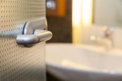 Λουτρό με την άσπρη τουαλέτα Στοκ εικόνες με δικαίωμα ελεύθερης χρήσης
