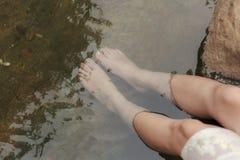 Λουτρό ποδιών, κρύο νερό, ζεστό νερό για να χαλαρώσει στοκ εικόνες