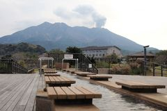 Λουτρό ποδιών στην Ιαπωνία μπροστά από το ενεργό ηφαίστειο στοκ εικόνα με δικαίωμα ελεύθερης χρήσης