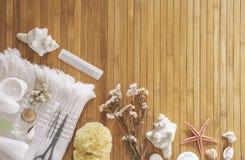 Λουτρό που τίθεται σε ένα ξύλινο υπόβαθρο. Στοκ Εικόνες