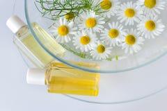 Λουτρό - aromatherapy - βοτανικό λοσιόν θεραπείας - camomile Στοκ φωτογραφία με δικαίωμα ελεύθερης χρήσης