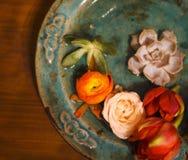 Λουλούδια άνοιξη για τη SPA στον ξύλινο πίνακα Στοκ Εικόνες