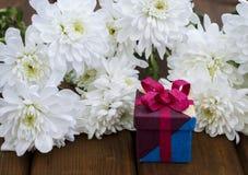 Λουλούδια άνοιξη και κιβώτιο δώρων για την 8η Μαρτίου στοκ εικόνες