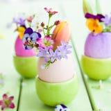 Λουλούδια άνοιξη στα αυγά Πάσχας Στοκ Φωτογραφία
