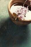 Λουλούδια άνοιξη στο ξύλινο κύπελλο Στοκ Εικόνα