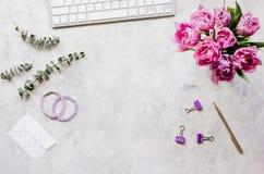 Λουλούδια άνοιξη workdesk στο στο σπίτι άσπρο πρότυπο άποψης υποβάθρου τοπ Στοκ εικόνα με δικαίωμα ελεύθερης χρήσης