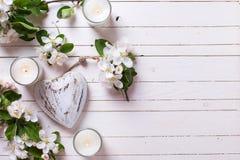 Λουλούδια δέντρων της Apple, κεριά και διακοσμητική καρδιά Στοκ εικόνα με δικαίωμα ελεύθερης χρήσης