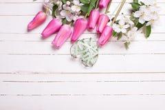 Λουλούδια δέντρων της Apple, ρόδινες τουλίπες και πράσινη καρδιά στο άσπρο ξύλο Στοκ φωτογραφία με δικαίωμα ελεύθερης χρήσης