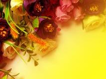 Λουλούδια ανθοδεσμών με το κίτρινο υπόβαθρο Στοκ Φωτογραφίες
