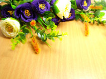 Λουλούδια ανθοδεσμών με το ξύλινο υπόβαθρο Στοκ εικόνα με δικαίωμα ελεύθερης χρήσης
