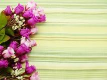 Λουλούδια ανθοδεσμών με το πράσινο υπόβαθρο λωρίδων στοκ φωτογραφία με δικαίωμα ελεύθερης χρήσης