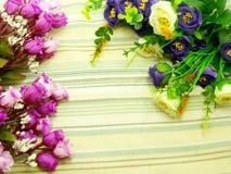 Λουλούδια ανθοδεσμών με το πράσινο υπόβαθρο λωρίδων Στοκ Εικόνα