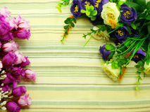 Λουλούδια ανθοδεσμών με το πράσινο υπόβαθρο λωρίδων Στοκ Εικόνες