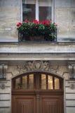 Λουλούδια επάνω από μια παλαιά πόρτα, Παρίσι, Γαλλία Στοκ Φωτογραφία