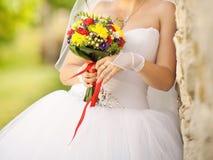 Λουλούδια εκμετάλλευσης νυφών με την κόκκινη κορδέλλα Στοκ εικόνα με δικαίωμα ελεύθερης χρήσης