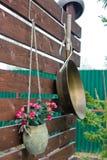 Λουλούδια και ένα τηγανίζοντας τηγάνι Στοκ φωτογραφία με δικαίωμα ελεύθερης χρήσης