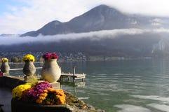 Λουλούδια και λίμνη του Annecy, στη Γαλλία Στοκ φωτογραφίες με δικαίωμα ελεύθερης χρήσης