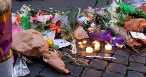 Λουλούδια και αναμμένα κεριά μπροστά από τη γαλλική πρεσβεία στην πλατεία Στοκ Εικόνα