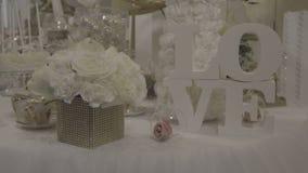 Λουλούδια και επιστολές στο ντεκόρ απόθεμα βίντεο
