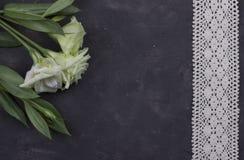 Λουλούδια και διακοσμητική ταινία στο σκοτεινό συγκεκριμένο υπόβαθρο χαιρετισμός καλή χρονιά καρτών του 2007 Έννοια γαμήλιας πρόσ Στοκ φωτογραφία με δικαίωμα ελεύθερης χρήσης