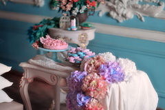 Λουλούδια και κέικ Στοκ φωτογραφία με δικαίωμα ελεύθερης χρήσης