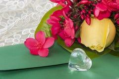 Λουλούδια και καρδιές κρυστάλλου Στοκ εικόνα με δικαίωμα ελεύθερης χρήσης
