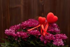 Λουλούδια και κόκκινες καρδιές βαλεντίνος ημέρας s Στοκ Φωτογραφίες
