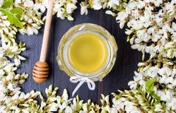 Λουλούδια και μέλι ακακιών στοκ φωτογραφία με δικαίωμα ελεύθερης χρήσης