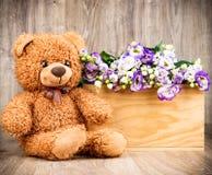 Λουλούδια και μια teddy αρκούδα Στοκ φωτογραφία με δικαίωμα ελεύθερης χρήσης