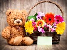 Λουλούδια και μια teddy αρκούδα Στοκ Φωτογραφία