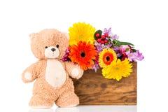 Λουλούδια και μια teddy αρκούδα Στοκ Εικόνες