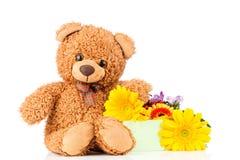 Λουλούδια και μια teddy αρκούδα Στοκ Φωτογραφίες