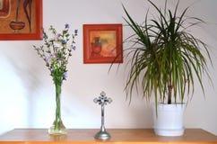 Λουλούδια και σταυρός Στοκ Εικόνες