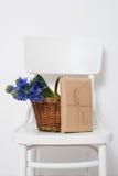 Λουλούδια και τυλιγμένο δώρο Στοκ Εικόνα