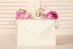 Λουλούδια και φάκελος Στοκ Εικόνα